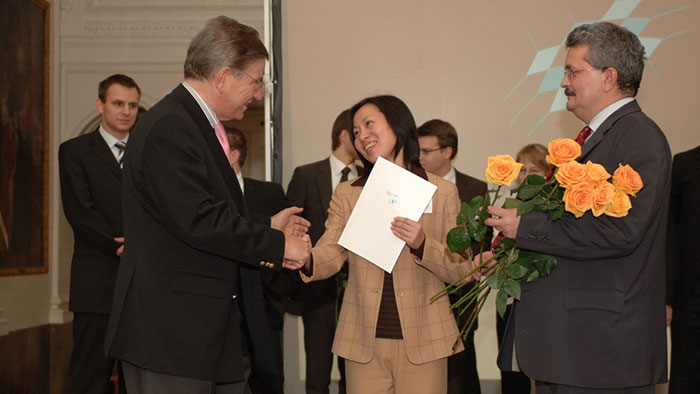 Science Minister Dr Thomas Goppel presents a young woman with a certificate.